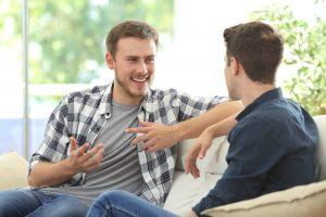 Två män som pratar med varann